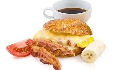 Začněte den chutnou SNÍDANÍ! Ta Vás na nohy postaví. 47% sleva na snídani - espresso s croissantem plněným slaninou, křepelčím vejcem a čerstvou zeleninou v luxusní kavárně COCO Café Bar.