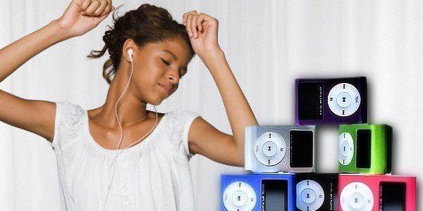 Vychutnejte si svou oblíbenou hudbu se stylovým mini MP3 přehrávačem s LCD displejem! Pomocí zabudovaného klipu si jej můžete připnout na tašku, oděv, či kam budete chtít… Výběr ze šesti barev je jen na Vás. :-)