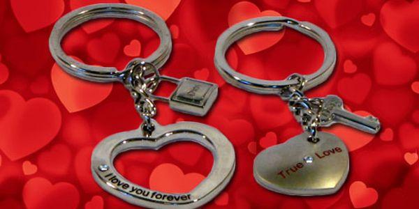 99 Kč za DVA valentýnské přívěsky na klíče. Dvě srdce, která do sebe zapadají a symbolický zámeček s klíčem. Doplněno křišťálem ve stylu Swarovski. HyperSleva 60 %.