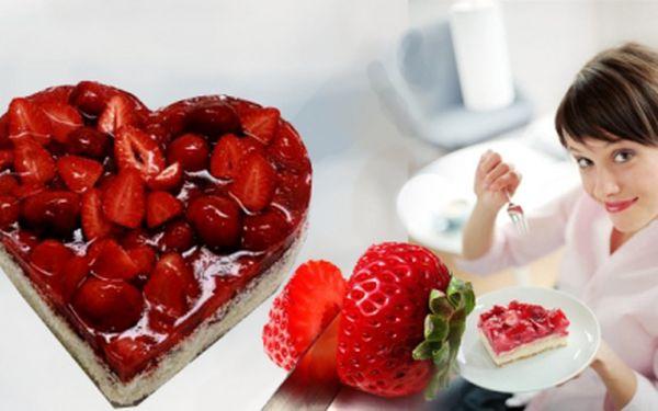 Svátek zamilovaných se blíží! Překvapte svou drahou polovičku sladkým překvapením! Výborný velký dort ve tvaru srdce, s odlehčeným vanilkovým krémem a jahodami za sladkých 289 Kč! Sleva 33%!