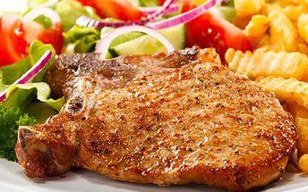 """Podlehněte chutné klasice! Dejte si šťavnatý kus krkovice. 43% sleva na 200g vepřové krkovice """"Argentina""""s paprikou, cibulí, slaninou a jako příloha hranolky."""