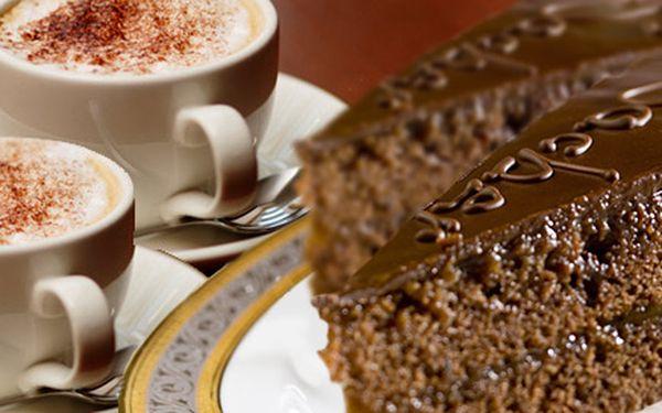 119 Kč za DVĚ kávy a DVA domácí sacher dorty. Sladká odměna v příjemné kavárně Bílý Koníček na Staroměstském náměstí.