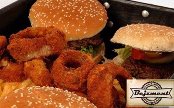 Obrovské menu pro všechny milovníky hamburgerů za úžasných 245 Kč! 2x velký hamburger, 2x dětský hamburger, 2x hranolky, cibulové kroužky, zahradní salát a navrch 2x dezert se slevou 50 %. Objevte chuť pravé Ameriky v restauraci Bejzment.