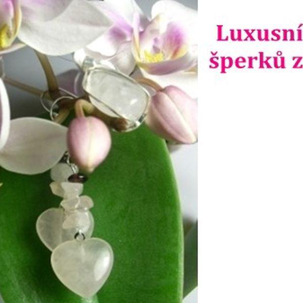 Luxusní sada náušnic + růženínový kamínek v klícce s očkem, a to celé v úžasné dárkové krabičce jen za 119 Kč, je připravena jako krásné vyjádření lásky pro vaši milovanou.