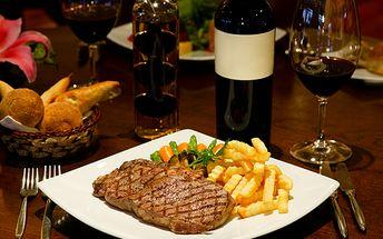 Zvěřinová specialita pro DVA! Jelení steaky s hranolkami a brusinkovým přelivem. Jako bonus dvě skleničky červeného vína!
