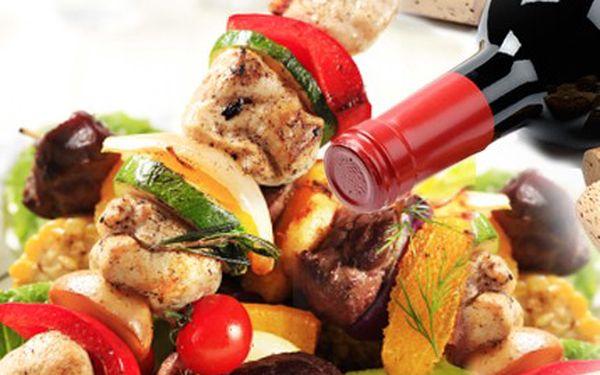 Dejte si pokrm, který má říz! Co takhle láhev vína a 2x jelení špíz. 51% sleva na zvěřinové menu pro 2 osoby, 2x 200g jelení špíz s přílohou a omáčkou + láhev vína v restauraci U jelena.