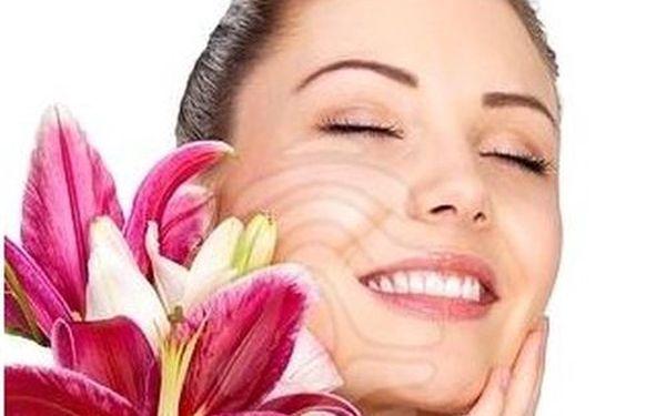 Kosmetický relaxační balíček: MASÁŽ OBLIČEJE, krku a dekoltu, pleťová maska a úprava OBOČÍ. Nechte se hýčkat a buďte krásná za úžasných 159 Kč!
