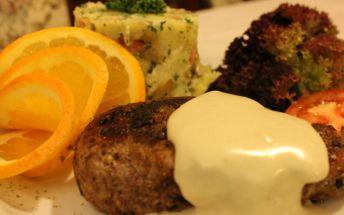 Ochutnejte vepřový steak z panenky na grilu se sýrovou omáčkou a šťouchanými bramborami v Restauraci U Doubků za pouhých 118 Kč. Skvělé jídlo se slevou 40 % v příjemném prostředí Vám zajistí krásný večer.