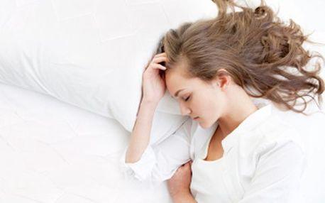 Spěte v klidu a pohodlí! PROTIALERGICKÝ polštář a deka Vám to umožní. 73% sleva na protialergický polštář 70x90 cm a prošívanou deku 140x22 cm.