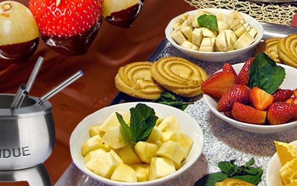Lahodné fondue PRO ČTYŘI od 249 Kč. Na výběr sýrové s goudou, gruyérem nebo ementálem, ale i masové, rybí a čokoládové s ovocem!