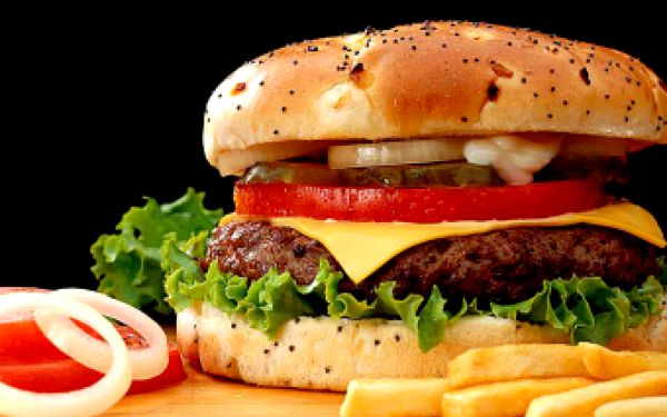 Zastavte se na chvilku a dejte si ve dvou šťavnatý cheeseburger. 2 x cheeseburger s čerstvou zeleninou doplněný o plátek sýra a hranolky za pouhých 105 Kč. Svačinka, která uspokojí vaše chuťové pohárky s fajn slevou 50 %.