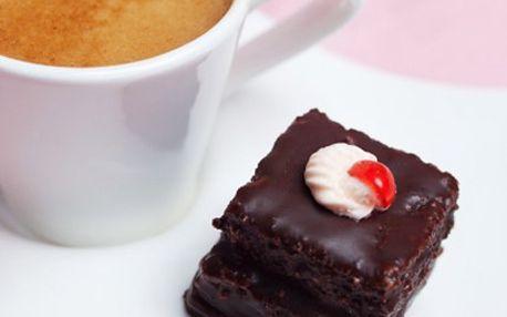 Dva sladké zákusky a lahodná káva LAVAZZA, kombinace vhodná nejen na Valentýna. Oslavte s partnerem Valentýna v Goldcafé zákuskem dle Vaší chuti, kávou Lavazza a nápojem s 44% slevou.