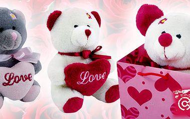 Skvělý plyšový medvídek vhodný jako dárek na valentýna! Medvídek se srdíčkem LOVE v náručí zaručeně potěší každou ženu!