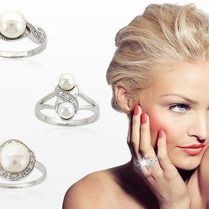 Darujte krásný prsten své dívce, mezi valentýnskými dárky bude zářit nejvíce! Obdarujte svou milou krásným stříbrným šperkem za 480 Kč.