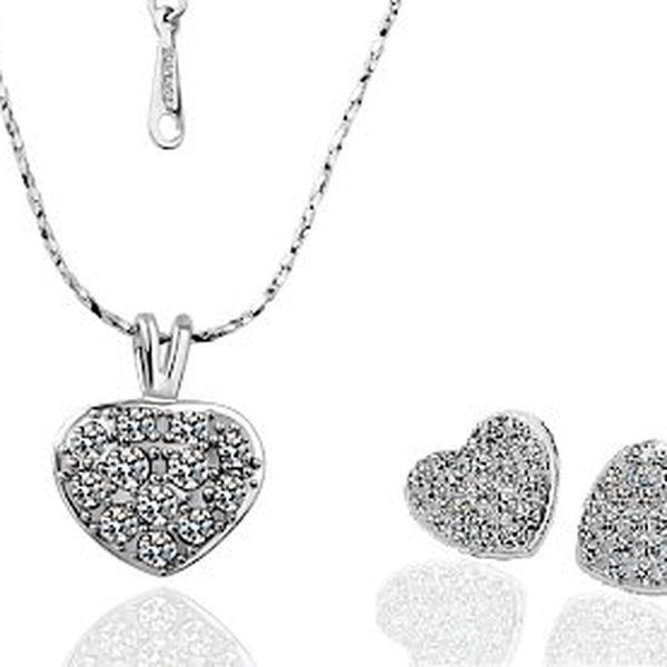 Náušnice a náhrdelník se Swarovski Elements – náušnice osázeny 22 krystaly, přívěsek osázen 12 krystaly. Pozlaceno 18karátovým bílým zlatem