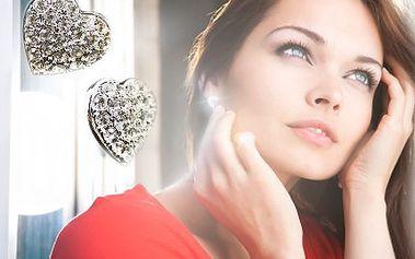 Je Vaše partnerka parádnice? Kupte jí krásné Swarovski náušnice. 68% sleva na náušnice ve tvaru srdce s krystalky Swarovski + ZDARMA další náušnice od této značky v modré, bílé či červené barvě. Tip na dárek k Valentýnu.