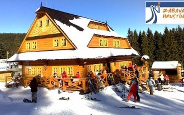 Jedinečných 4 960 Kč za 4 dny pro 2 osoby s polopenzí se čtyřdenním skipasem a vstupem do wellness na 1,5 hodiny ZDARMA! Zažijte ty pravé zimní radovánky v nově vybudovaném lyžařském středisku SKI Zábava ve slovenském Hruštíně se skvělou slevou 50 %.