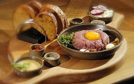 Zajděte na gurmánský zážitek! Tatarák s topinkou je požitek. 55% sleva na 200 g tataráčku a 6 topinek ve stylové restauraci Modrý Hrozen.