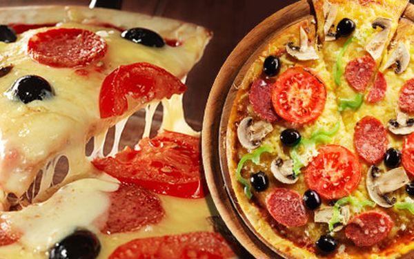 DVĚ pizzy nebo calzone dle výběru. Průměr 32 cm, poctivé ingredience a 29 lákavých druhů. Margherita, Formaggio, Al Pacino, Diavola a další!