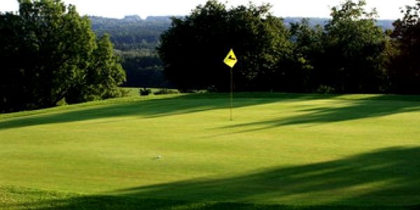 Vychutnejte si golfovou idylu s obědem v Hořehledech. Green fee 18 jamek, výběr z denního menu a slevu 45% můžete využít až do poloviny června.