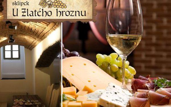 Džbánky vína pro dva a k tomu uzeninová a sýrová mísa! 2x0,5l vína dle výběru a 2x200g obložených mís s pečivem!