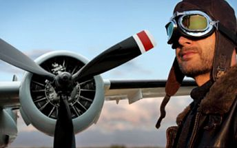 PILOTOVÁNÍ akrobatického letadla v délce 20 min Pilotujte pod dohledem zkušeného instruktora a proleťte se nad zámkem Orlík. Součástí je i proškolení a instruktáž.