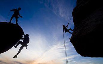 2,5 hodiny SLAŇOVÁNÍ. Užijte si adrenalin v Českém ráji. Zdolání skalních stěn s instruktorem a zapůjčeným vybavením. Slaňování je vhodné i pro děti od 9 let.