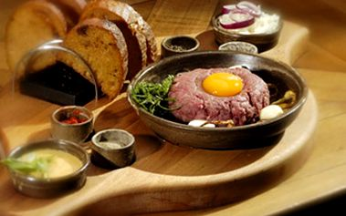500g TATARÁKU z pravé svíčkové pro 4 až 6 osob Tatarský biftek z pravé hovězí svíčkové a k tomu topinky s česnekem z půlky bochníku. Hodujte s přáteli v příjemném prostředí.