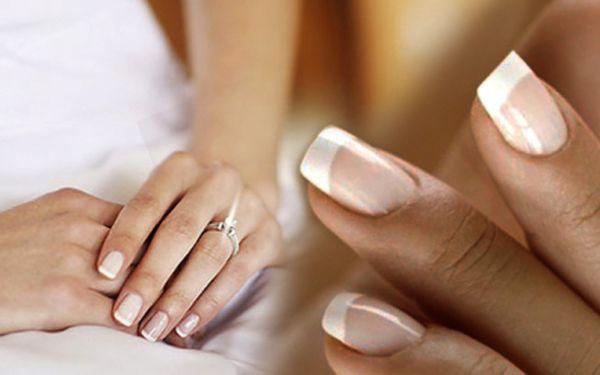 Krásné nehty jen za 219 Kč! Doplnění nebo potažení přírodních nehtů gelem včetně francouzké manikúry - barevné nebo třpytkové. Nehty jako ze sna.