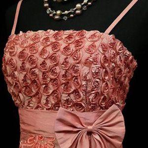 Praha: Zapůjčení společenských šatů v konfekčních velikostech 40–54/56 v Saloonu Baculka