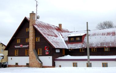 SKVĚLÝ 3 denní pobyt s POLOPENZÍ za SUPER CENU 590 Kč v horském hotelu. PLUS sleva 10% na konzumaci ve vlastní hotelové resturaci ! Ideální pro party lyžařů, sjezdařů, snowboarďáků, rodiny s dětmi, individuální pobytovou rekreacii ! Nástup do běžecké stopy 300 m od hotelu.