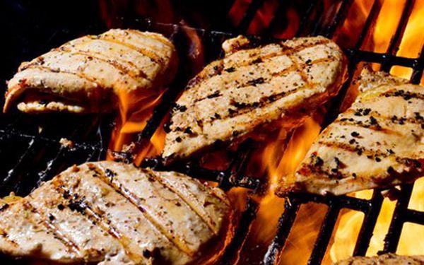 Masové hody pro dvě osoby! Mix steaků z kuřecího a vepřového, delikátní slaninka, domácí opékané brambory a dva druhy omáček. Už se vám sbíhají sliny?