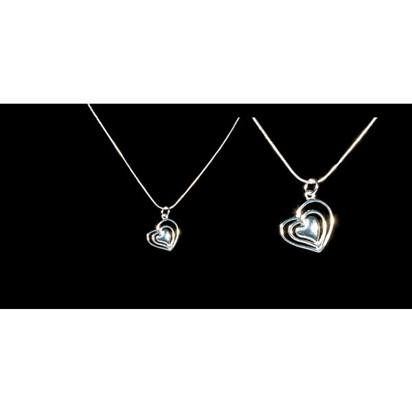 Elegantní přívěšek ve tvaru 3 srdíček včetně řetízku o délce 45 cm, oboje potažené kvalitním stříbrem a jedinečnou Valentýnskou slevou 85% za pouhých 99 Kč!
