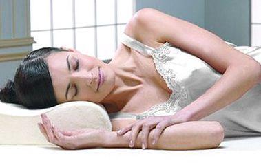 Ortopedický polštář s pamětí MEMORY PILLOW Polštář s pěnovou náplní a tvarovou pamětí podporuje přirozené zakřivení páteře, odstraňuje příčiny bolesti krku, hlavy a páteře, pomáhá při nespavosti a chrápání. Součástí je i povlak na zip.