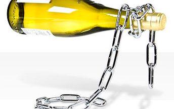 """Fantastických 415 Kč za stylový nerezový stojan na víno ve tvaru řetězu. Často se říká: """"Něco visí ve vzduchu…"""" U vás doma může ve vzduchu jen tak levitovat láhev vína, a to i bez známosti s Davidem Copperfieldem. Designový dárek nejen pro milovníky vína. Sleva 48 %!"""