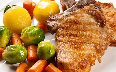 2x VEPŘOVÝ STEAK S PŘÍLOHOU a salátem + horké maliny Luxusní menu pro 2 osoby- propečené steaky z kotlety s přílohou dle výběru, zeleninovým salátkem a jako sladká tečka horké maliny se šlehačkou. Pochutnejte si.