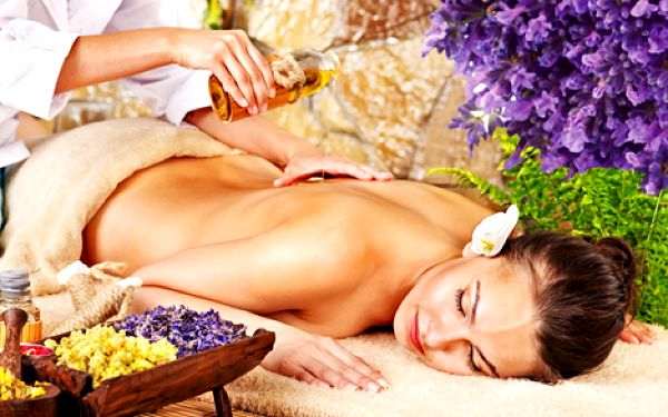 Dopřejte si luxusní regenerační levandulovou masáž zad a šíje s levandulovo-bahením zábalem z mrtvého moře za neodolatelných 229 Kč.
