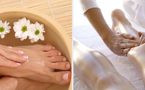 Udělejte si čas na Vaše bolavé nožky a dopřejte jim úlevu po dlouhé zimě s bylinnou lázní z Mrtvého moře a exkluzivní masáží od kolen až po plosky nohou včetně aromaterapie jen za 89 Kč!