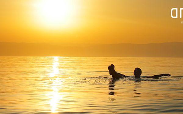 60minutová relaxační floating terapie s originální vodou zMrtvého moře. Ticho, přítmí a beztížné plavání v regenerujícím vajíčku.