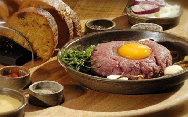 Delikátní 200g tatarák z pravé svíčkové s 8 topinkami ve výborné průhonické Restauraci Delicatesse za pouhých 89 Kč!