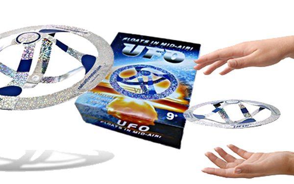 Magic mystery UFO. Každému se to bude zdát nemožné, ale opak jepravdou. Magic Mystery UFOnepotřebuje prosvůj pohyb žádný bateriový pohon, a přesto se může za pomoci drobného iluzionistického podvodu dlouho vznášet ve vzduchu a dokonce můžete pomocí Vašich rukou ovlivnit jeho směr letu.