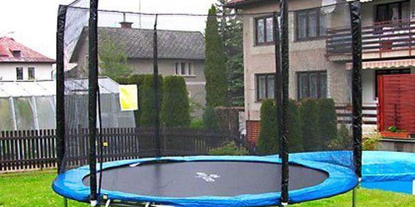 Trampolína CrazyJump s ochrannou sítí a žebříkem ve třech velikostech – bezpečné skákání a nosnost 160 kg. Pevná a odolná konstrukce z nerez oceli