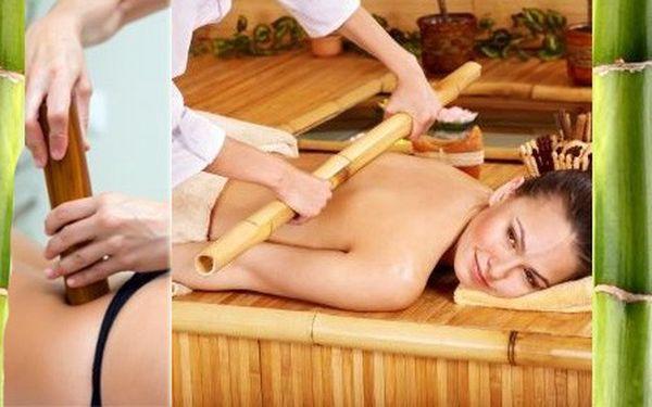 BAMBUSOVÁ masáž v délce 60 minut, která patří k absolutně nejoblíbenějším masážím mezi klienty ve světě wellness a relaxace! Při této masáži je masírováno celé tělo a vyznačuje se vynikajícími uvolňujícími, zklidňujícími a drenážními účinky. Oddejte se s námi exotické relaxaci!