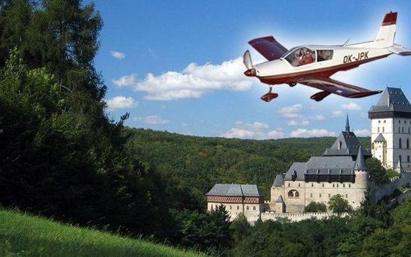 Super zážitek - 15 minut krásného vyhlídkového letu v letadle za 499 Kč pro 1 osobu! Trasa: letiště Bubovice - hrad Karlštejn - Zatopené lomy Amerika - letiště Bubovice. Podívejte se na svět z ptačí perspektivy!