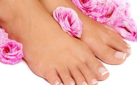PÉČE O CHODIDLA: SPA pedikúra + peeling + masáž + lakování Kompletní péče obsahuje vitamínovou lázeň, ošetření kůže, úpravu nehtů a ošetření jejich okolí, masáž nohou, osvěžující péči o nohy, lakování a závěrečné ošetření.