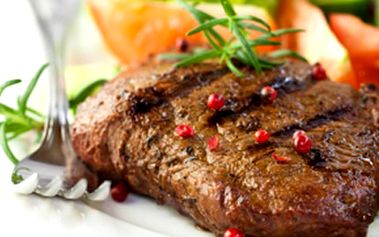300g STEAK z pravé svíčkové + příloha Pořádný kus steaku z pravé svíčkové z mladého býka se zeleninovou oblohou a rozpečenou bagetkou. Rozmazlete své chuťové buňky.