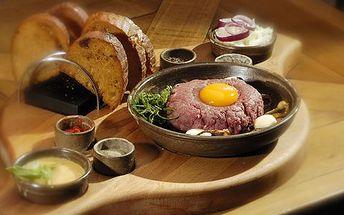 Tatarák z pravé svíčkové v brněné restauraci Gas Pub. Topinky a všechny potřebné přísady samozřejmostí. 300 g vystačí až pro tři osoby!