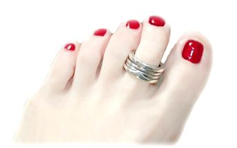 Dopřejte svým nohám kvalitní péči v podobě klasické pedikúry a k tomu lakování GEL LAKEM, který vydrží 4 až 7 týdnů !