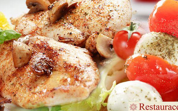 Dva kuřecí steaky s mozzarellou a rajčaty a dvěma porcemi smažených hranolků. Pohodové jídlo i atmosféra v Restauraci NaPohodu.