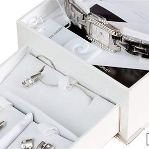 PIERRE CARDIN: hodinky, náhrdelník s přívěskem, 2x náušnice + poštovné Luxusní dámský set Pierre Cardin – hodinky, náhrdelník s přívěskem a 2 páry náušnic. Jedinečný design a zpracování s úpravou rhodium od známého módního návrháře.